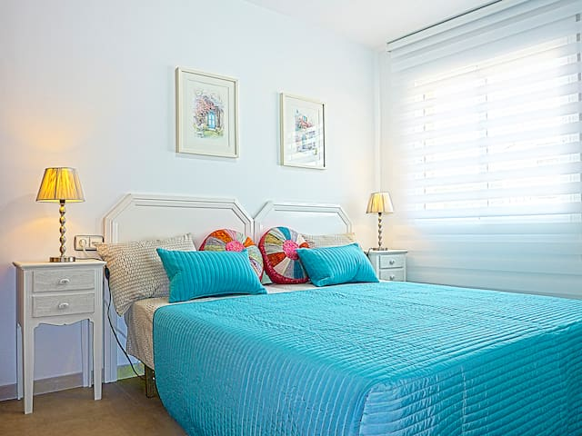 The quiet and bright bedroom with twin beds