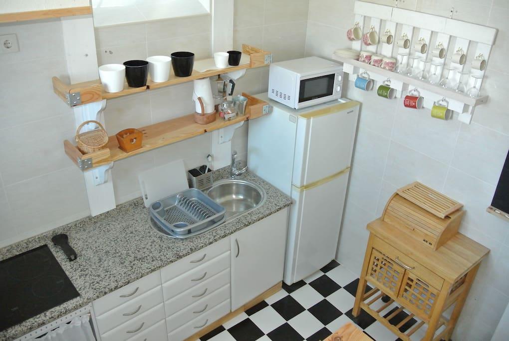 Cozinha com placa de indução( cocina completa/ well equipped kitchen/cuisine bien equipée.