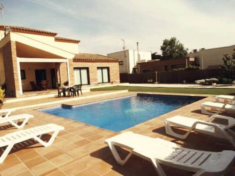 Casa con piscina cerca playa casas en alquiler en for Piscina playa de madrid