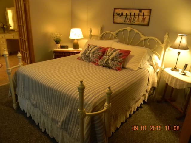 The Driftwood River Front 3 bedroom 2 bath 5 guest - Northville - Casa
