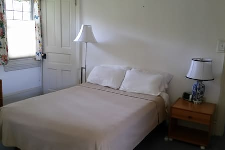 SHARE our home. FREE train tickets. - Ambler - Bed & Breakfast