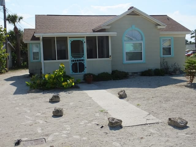 Real Florida Beach Bungalow, GREAT MONTHLY PRICE
