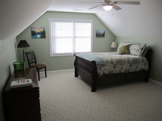 Spacious Queen Bedroom on Private Level B - Simpsonville - Huis