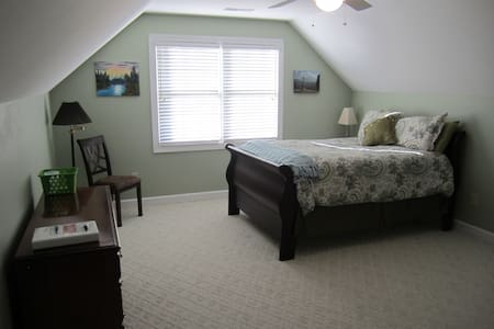 Spacious Queen Bedroom on Private Level B - Simpsonville - Ház