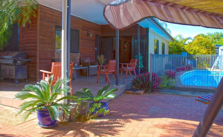 Bundaberg - chill by the pool - Kepnock - Bed & Breakfast