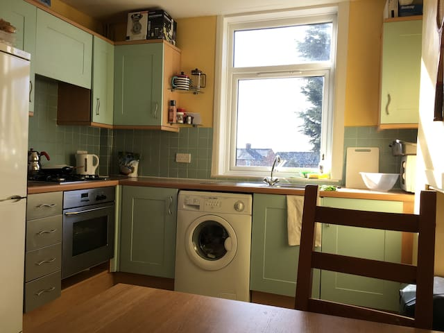 Private single room with on road parking. - Leicester - House