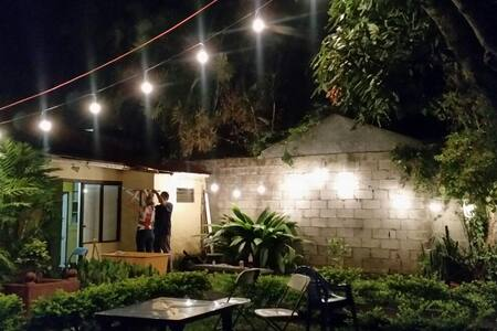 Just two blocks from Universidad Nacional (UNA). It's in a beautiful historical house, right in the middle of the city where everything is close by. Huge nice backyard and internal patio, lots of natural light and brand new appliances in the kitchen.