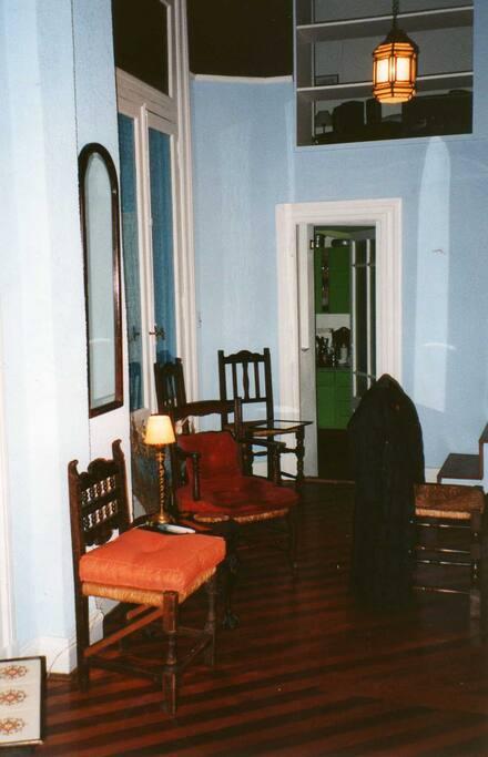 Ample common lounge and dining room/Ample salon et salle à manger communs/ Amplio salon y comedor comunes