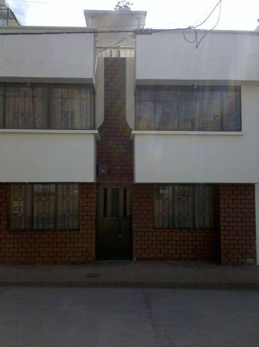 Está ubicada en un barrio tranquilo y cerca al centro.