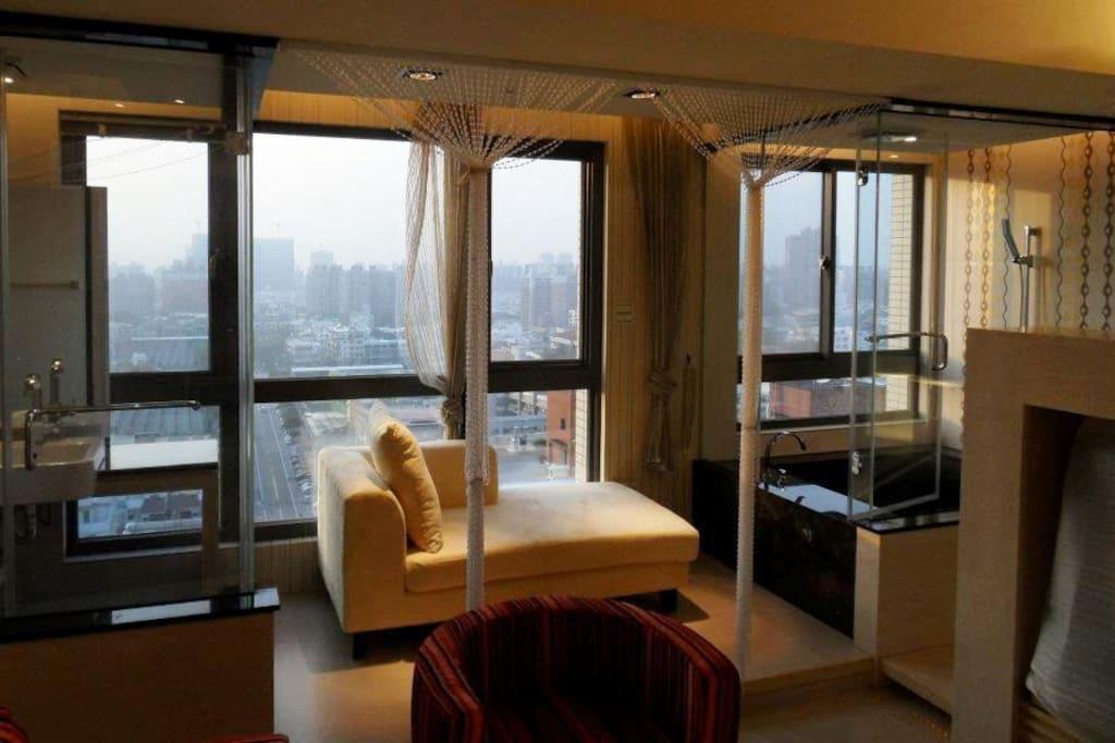 客廳望向浴室,拉開簾幕所見視野/ gorgeous view toward windows