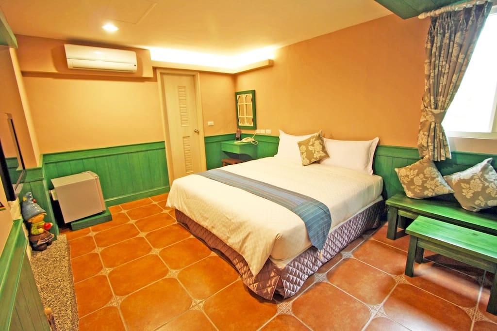 一張標準雙人床、獨立衛浴、空調及冰箱