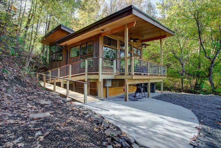 French Broad Chalet: overlooks the French Broad River, covered porch, new/contemporary chalet.
