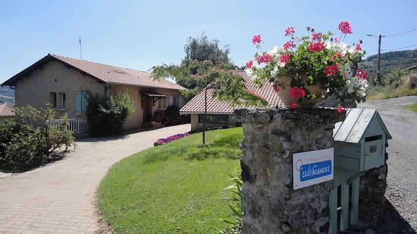 chambres d'hôtes, gite : l'angeline - Saint-Julien-sur-Bibost - Дом