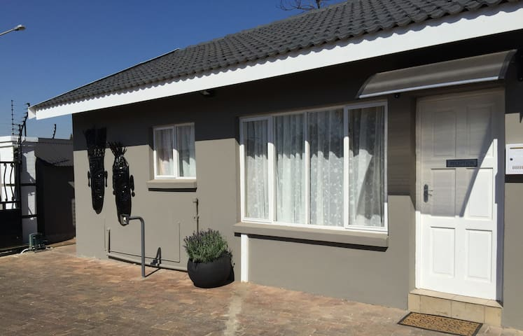 Leika Airport lodge - Kempton Park - Bed & Breakfast