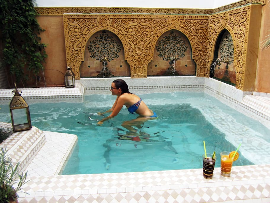 Une piscine avec aquabike