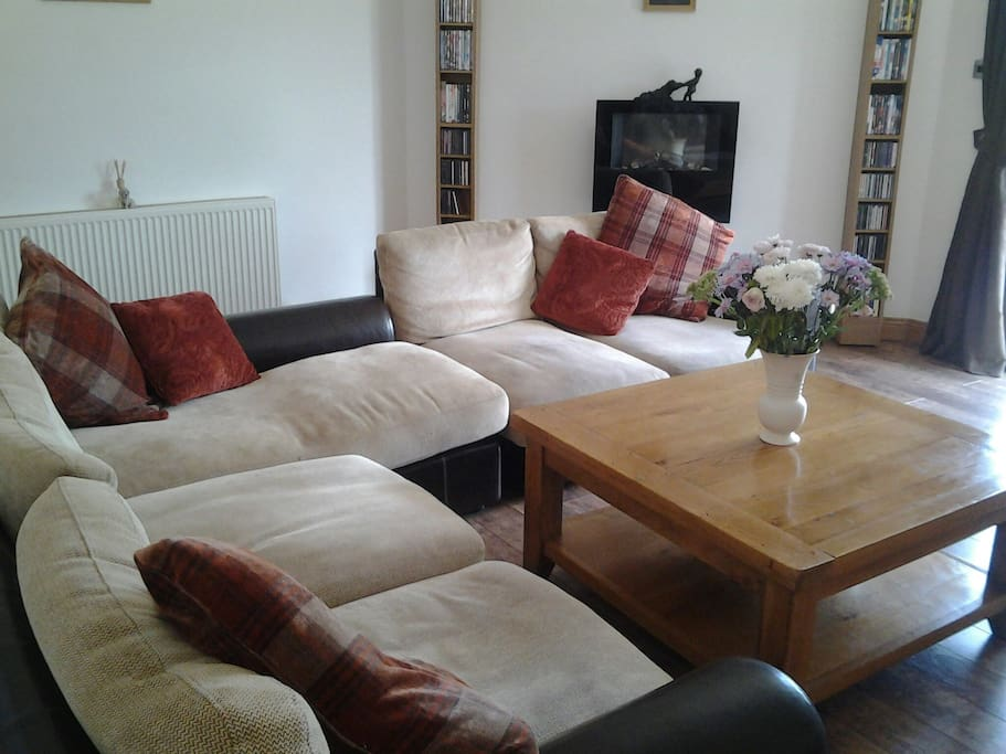 Spacious lounge with nice cosy leather settees.