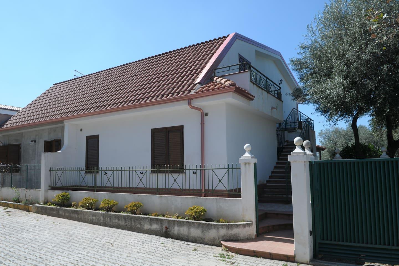 """Veduta della Villa dall'esterno con ingresso all'appartamento """"La Rosa"""" e """"Il Girasole"""""""