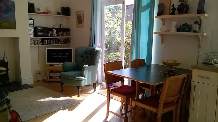 Room in friendly household - Bristol - Bed & Breakfast
