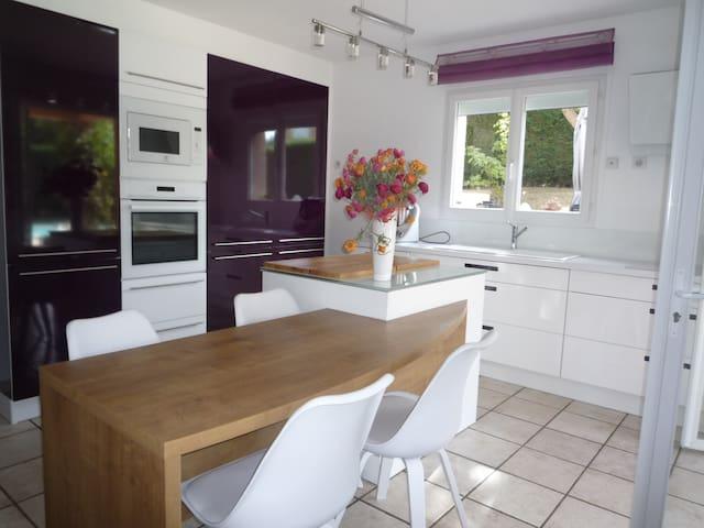 Chambre dans villa avec piscine.sortie autoroute - Jassans-Riottier - House