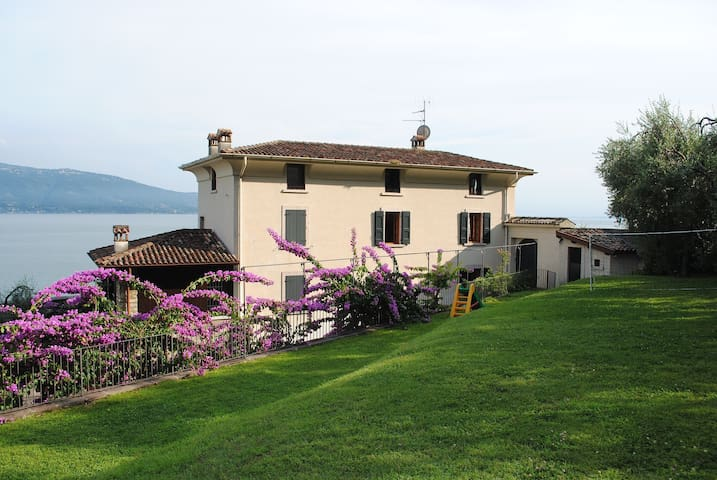EXCLUSIVE VILLA WITH PRIVATE ACCESS TO THE LAKE