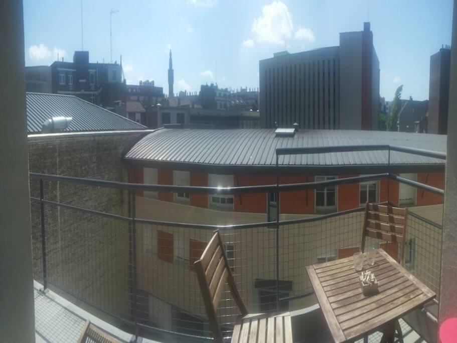 Grand balcon avec vue sur le beffroi
