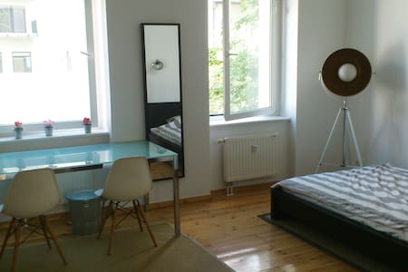Central Berlin, clean&peaceful room