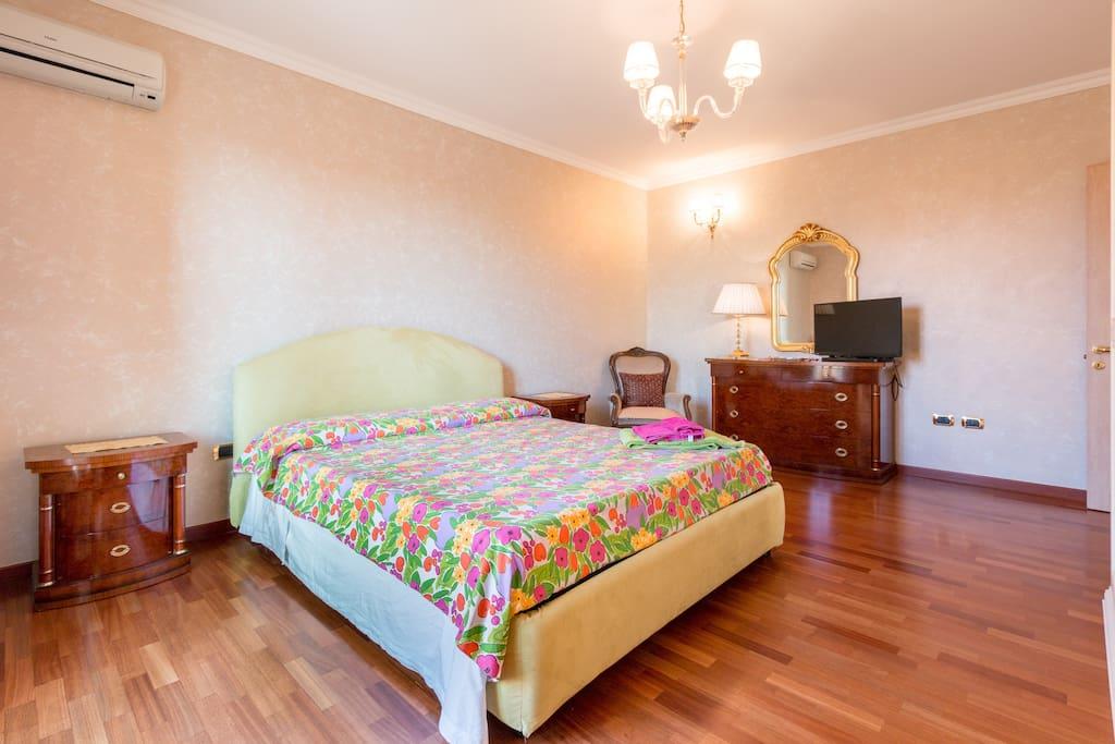 Camera matrimoniale n.2 con balcone /double bedroom n.2 with balcony