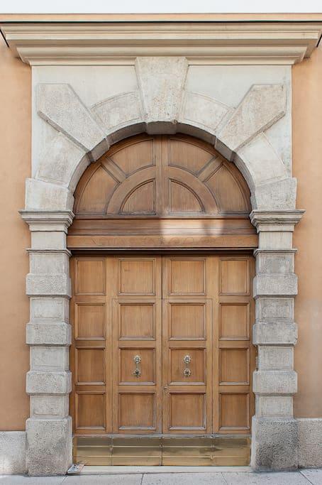 Entrata principale dell'edificio -  Main entrance of the building -  Entrada principal del edificio -  Haupteingang des Gebäudes -  Entrée principale de l'immeuble