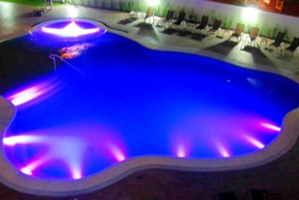 Vista noturna da luxuosa piscina iluminada