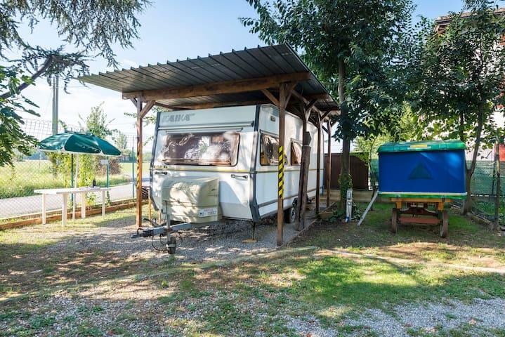 Caravan 5+2 posti in cortile