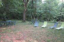 détente dans le parc sous les arbres
