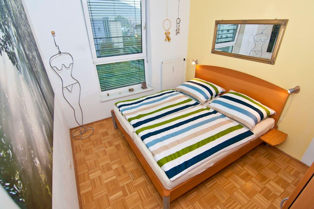 Gemütlich und ruhig: Das Schlafzimmer mit einem großen Doppelbett (180 x 200 cm)