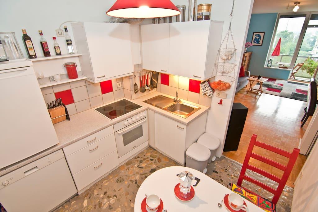Die Küche ist voll ausgestattet mit Herd, Geschirrspüler, Kühlschrank, Toaster und jeder Menge Zubehör.