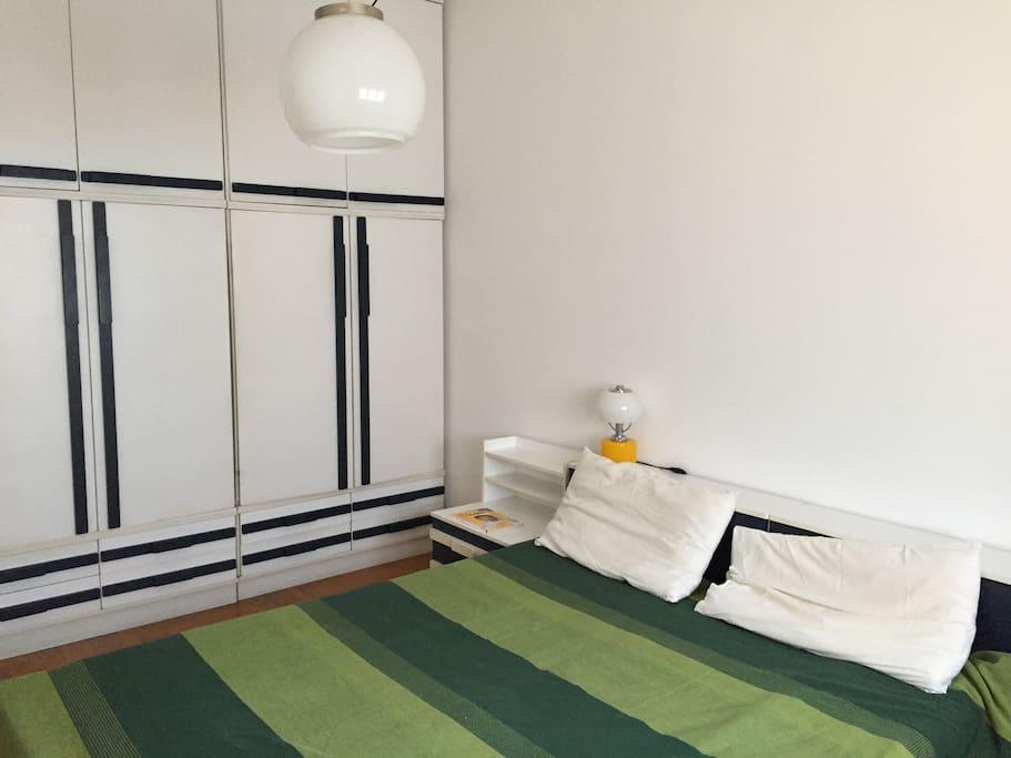Спальня, 2-ух спальная кровать, 1-о спальная раскладная кровать, большой одёжный шкаф.