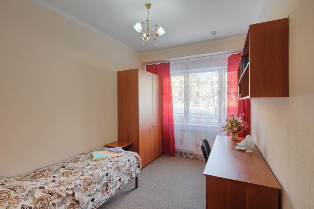 Одно односпальная кровать, стол, шкаф, и тумбочка.
