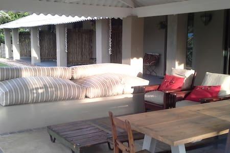 Shark and Shoal Guesthouse  Room 1 - Umkomaas - Bed & Breakfast