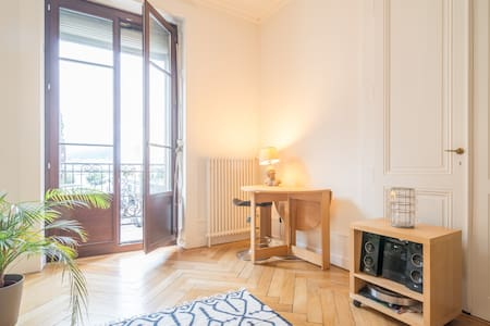 Large bright room, lake view - Geneva
