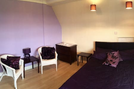 Large Double Bedroom with Sink - Caerleon