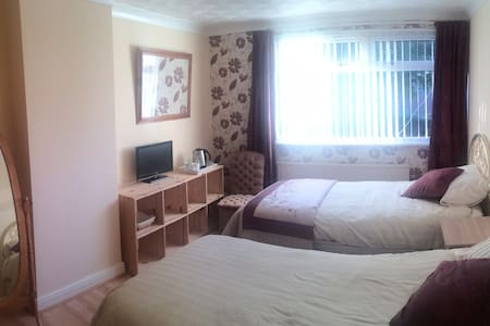 Wine Coloured Twin room - Caerleon - บ้าน