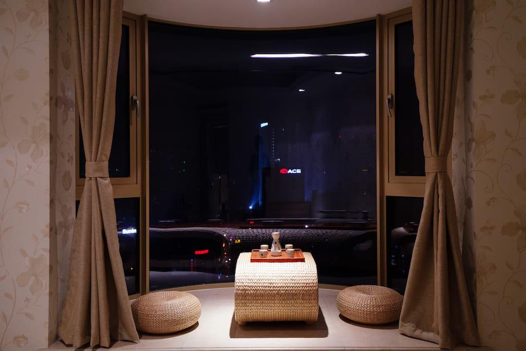 房间内的大飘窗、弧形景观窗、飘窗茶座,可提供日式酒具或茶具