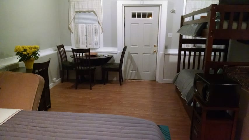 Private Studio in Downtown Dover - Dover - Apartament