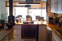 Alakerran keittiö on yhteiskäytössä  isäntäväen kanssa.