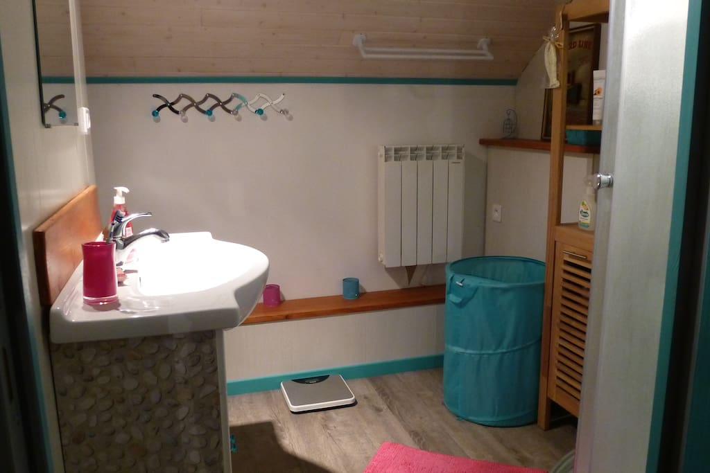 La salle de bains avec cabine de douche