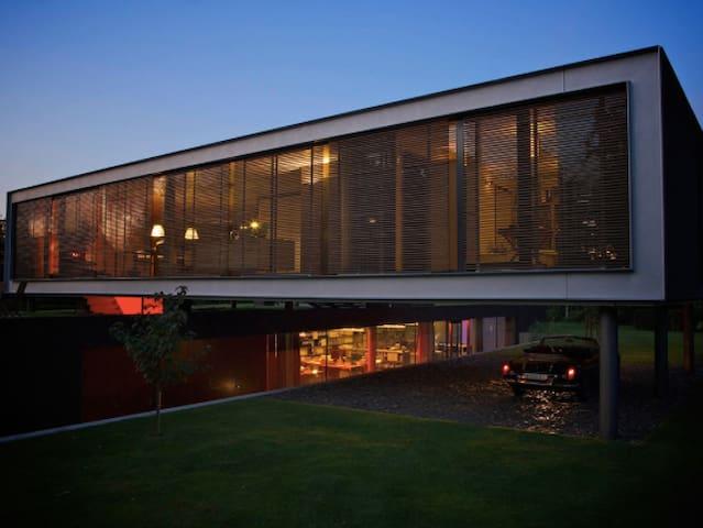 Prachtige villa architect, grote tuin,  6 personen
