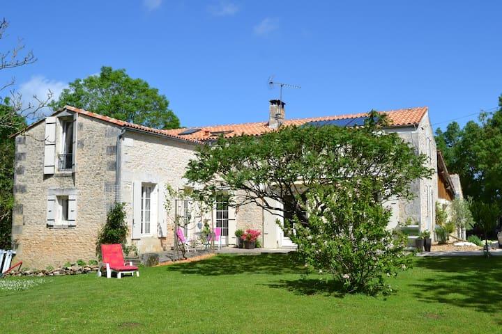 Ancien Moulin en Pierre- 2 à 5 pers - Trizay - Bed & Breakfast
