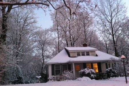 Cozy Bungalow w/Porches + Nature - Elkins Park - Bungalou