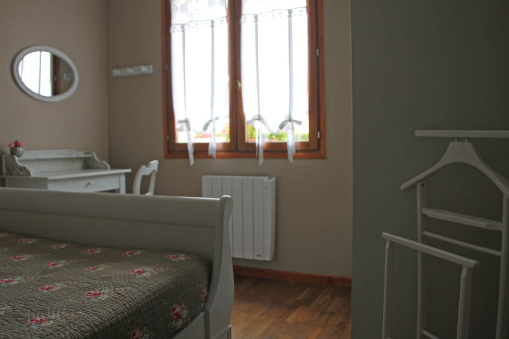 Chambre eglantine houses for rent in maintenon centre for Chambre french translation