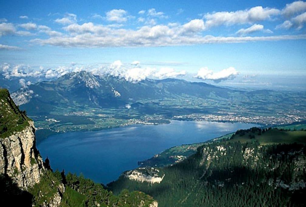 Der Thunersee (links davon befindet sich, hinter dem Berg, Interlaken).