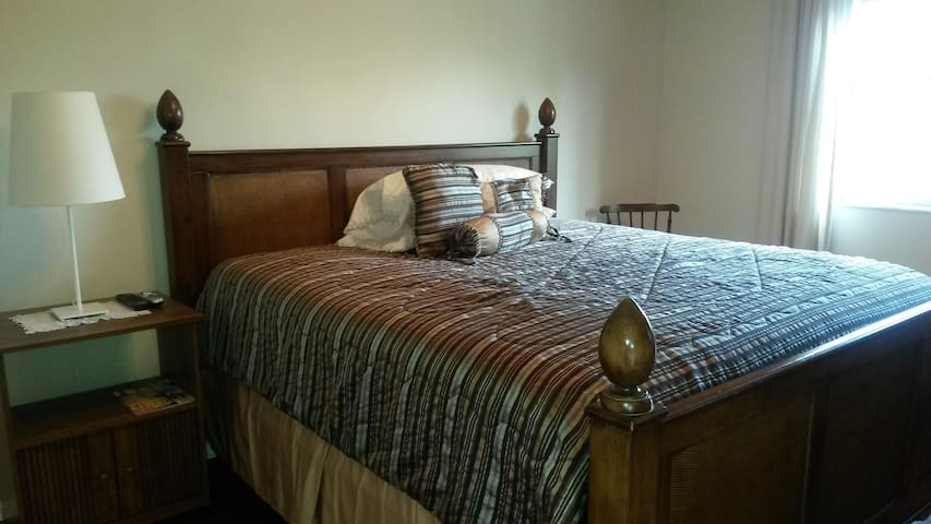 Townhouse with private bdrm/kingbed