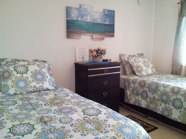 Twin beds in comfortable room - Hesperia - House
